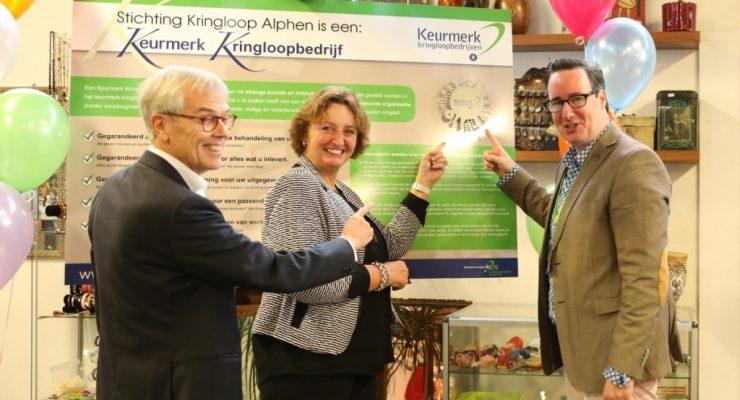 Burgemeester Liesbeth Spies onthult Keurmerk Stichting Kringloop Alphen