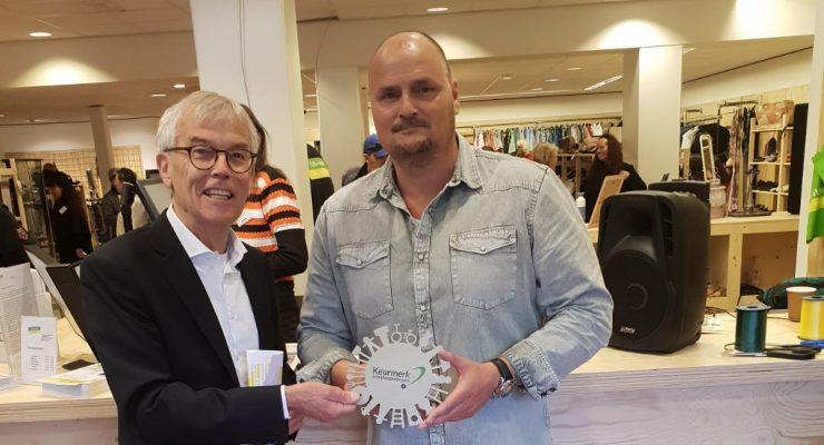 Uitreiking Keurmerk Kringloop Den Haag bij opening nieuwe winkel op Leyweg